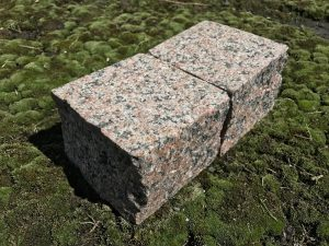 Dedzināts šķelts granīta bruģis